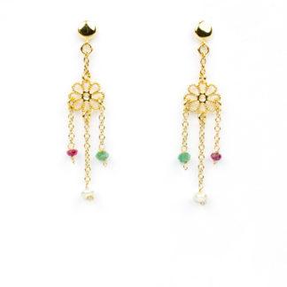 Orecchini perno e farfallina pendenti in oro giallo tit 750 (18 kt) con elemento a fiore traforato, perle coltivate in acqua dolce , radice di rubino (rosso) e radice di smeraldo (verde)