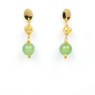 Orecchini con giada muschiata e perla traforata in oro giallo; gemma verde chiamata anche Oro dei Maya; perno e farfallina pendenti in oro giallo 750