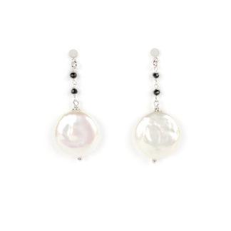 Orecchini perle spinello nero; orecchini perno e farfallina in oro bianco tit 750 (18 kt) con perla coin diametro 17 mm e spinello nero
