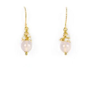 Orecchini quarzo rosa amo in oro giallo tit 750 (18 kt) con quarzo rosa di 8 mm, perle coltivate in acqua dolce e palline slash in oro giallo