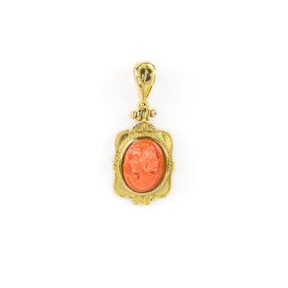 Ciondolo cammeo corallo rosso; ciondolo in oro giallo tit 750 (18 kt) con cammeo di corallo rosso inciso, su montatura in oro filigranata