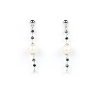Orecchini perla e spinello nero (pietre naturalinere); perno e farfallina in oro bianco tit 750 (18 kt); perla coltivata acqua dolce