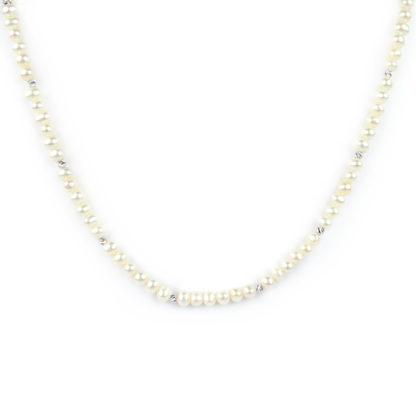 Collana girocollo perle coltivate in acqua dolce, misura 5 mm, forma leggermente irregolare con palline slash e chiusura in oro bianco tit 750